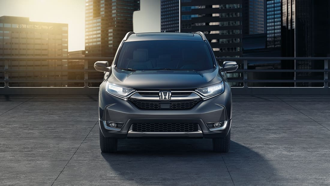 Vista frontal de la Honda CR-V Touring 2019 en Gunmetal Metallic.