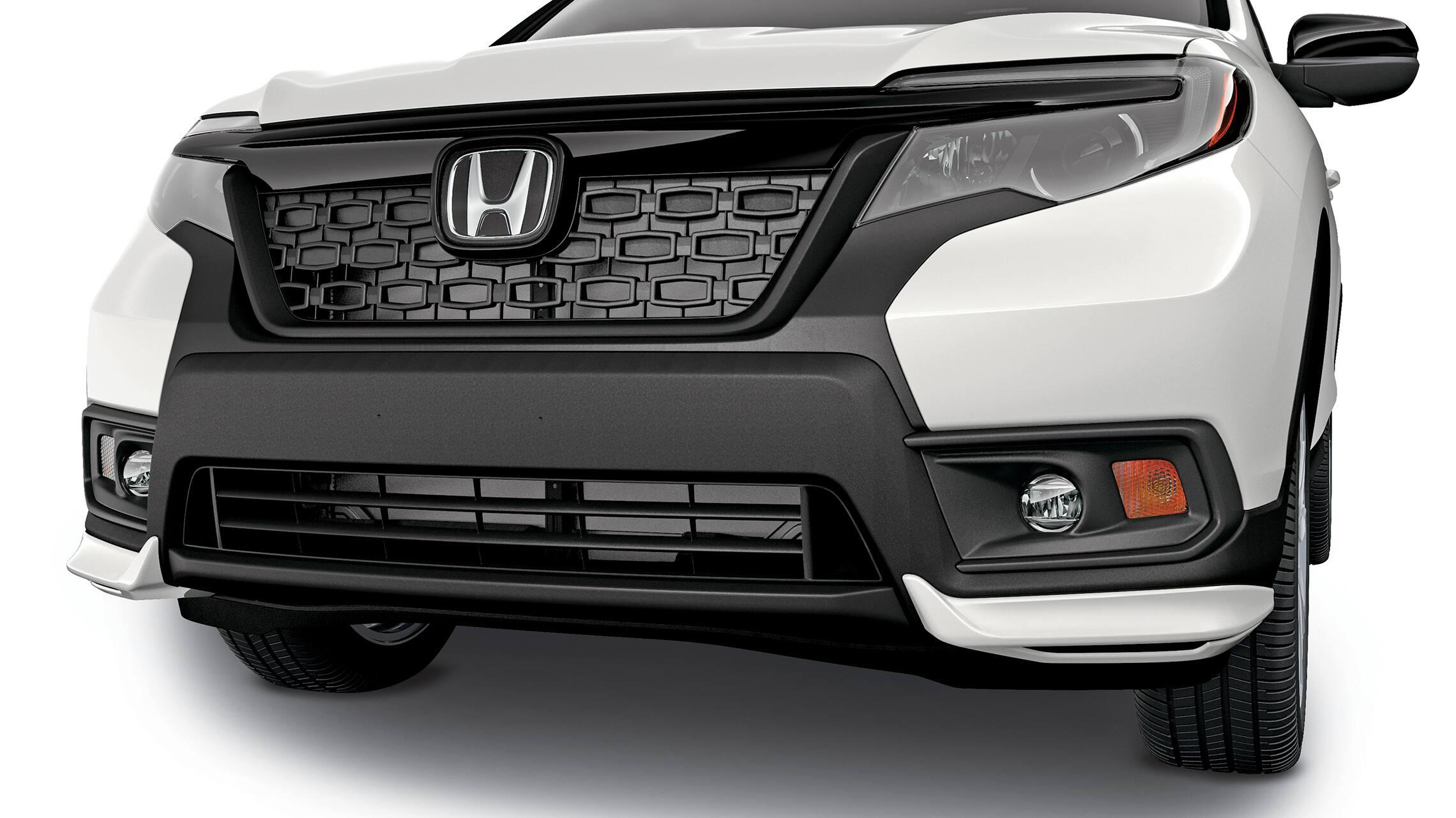 Detalle de accesorio de deflector de chasis delantero en la Honda Passport2019.