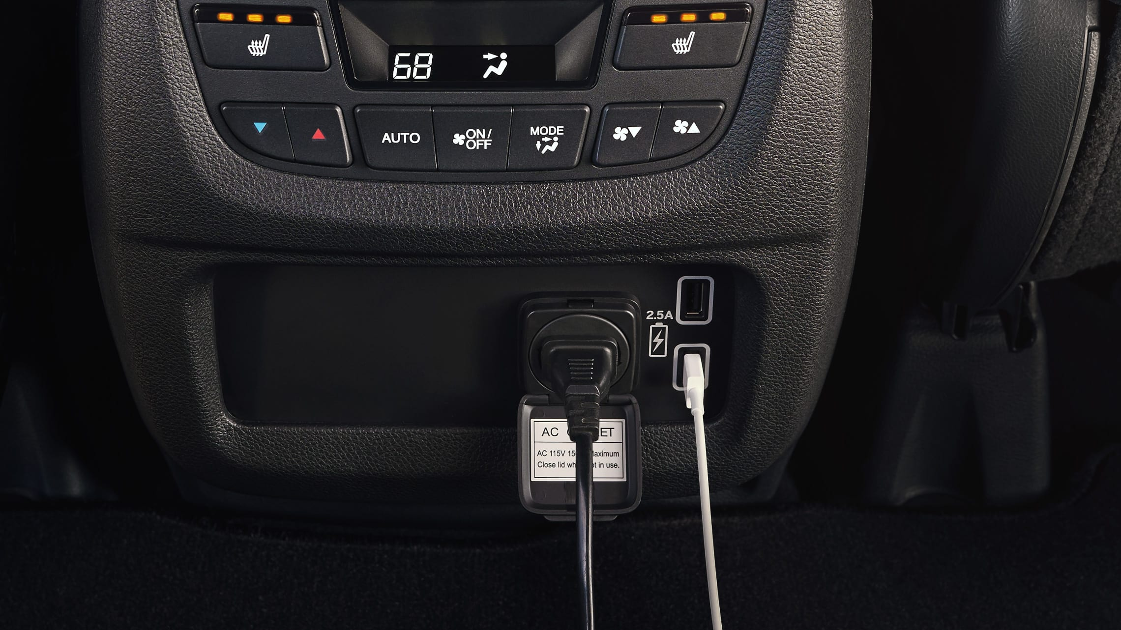 Vista del interior del detalle de potencia máxima de 180vatios/120voltios de CA en la Honda Passport2019.
