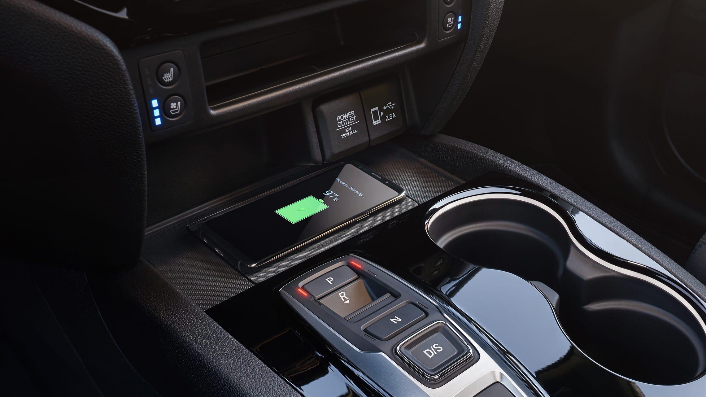 Detalle de cargador de teléfono inalámbrico en la Honda Passport Elite2019.
