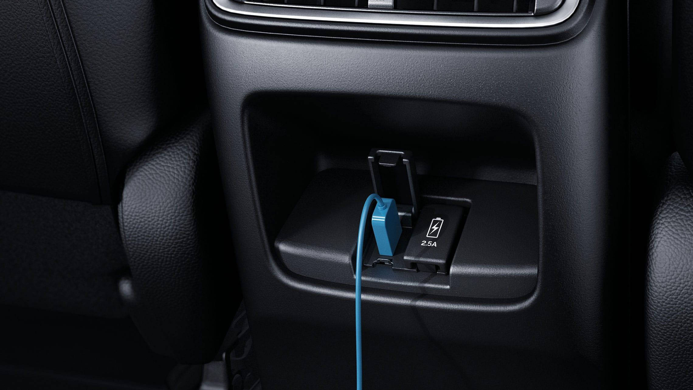 Vista del interior de los puertos USB traseros en la Honda CR-V2020.