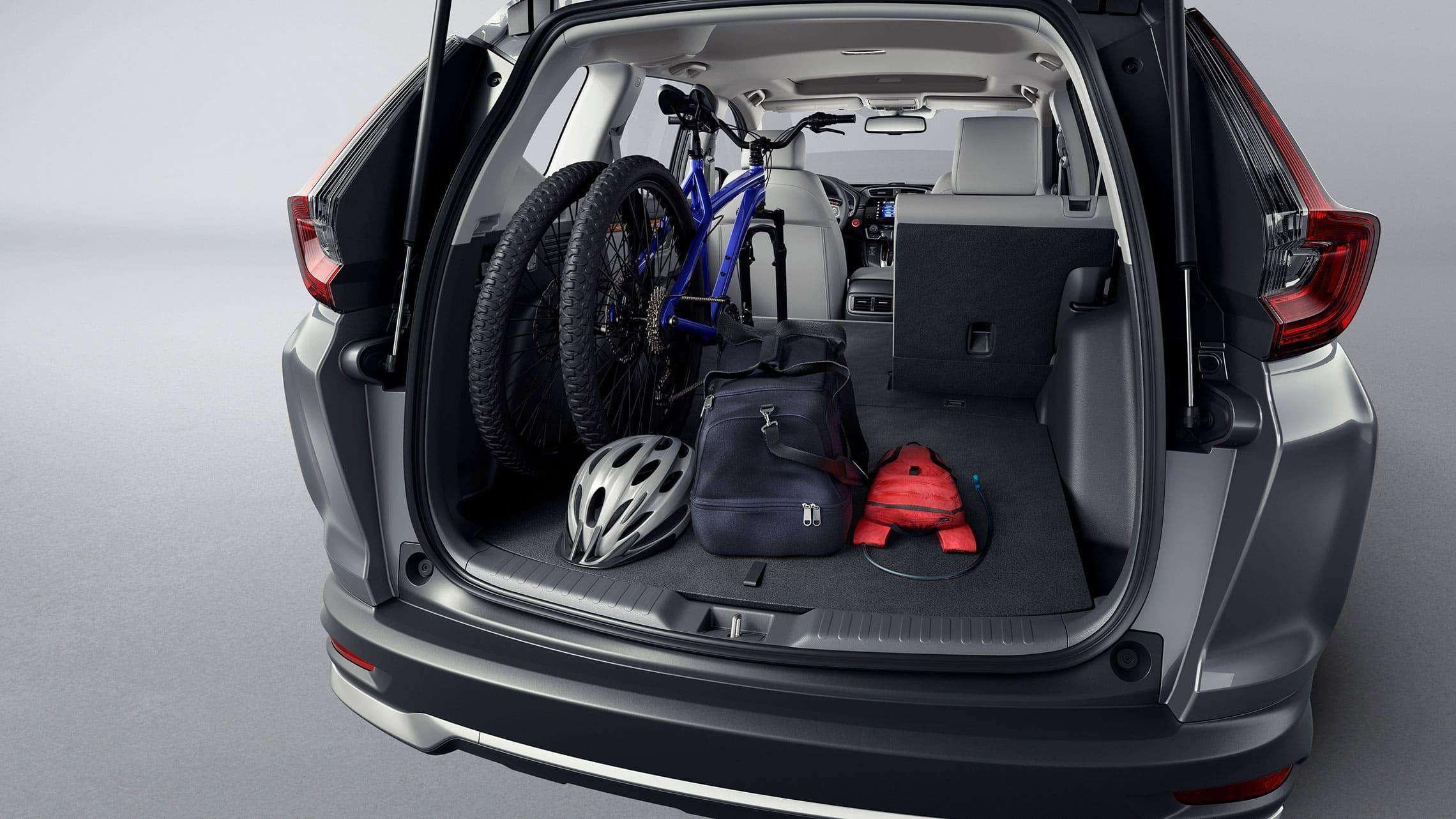 Vista trasera de la Honda CR-V Touring2020 en Modern Steel Metallic mostrando el espacio de carga.