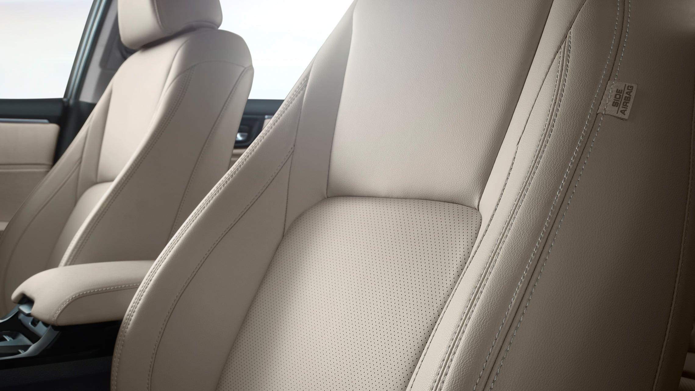 Detalle de los asientos perforados en Beige Leather.