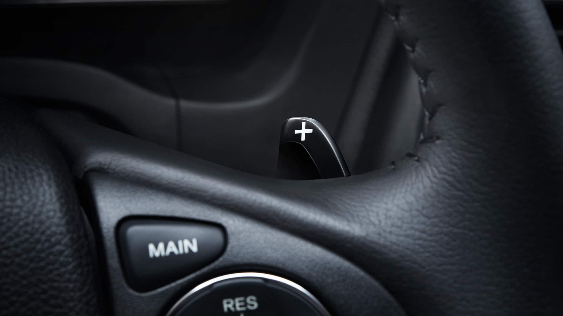 Vista detallada de los mandos de transmisión en el volante en la Honda HR-V Touring2020.
