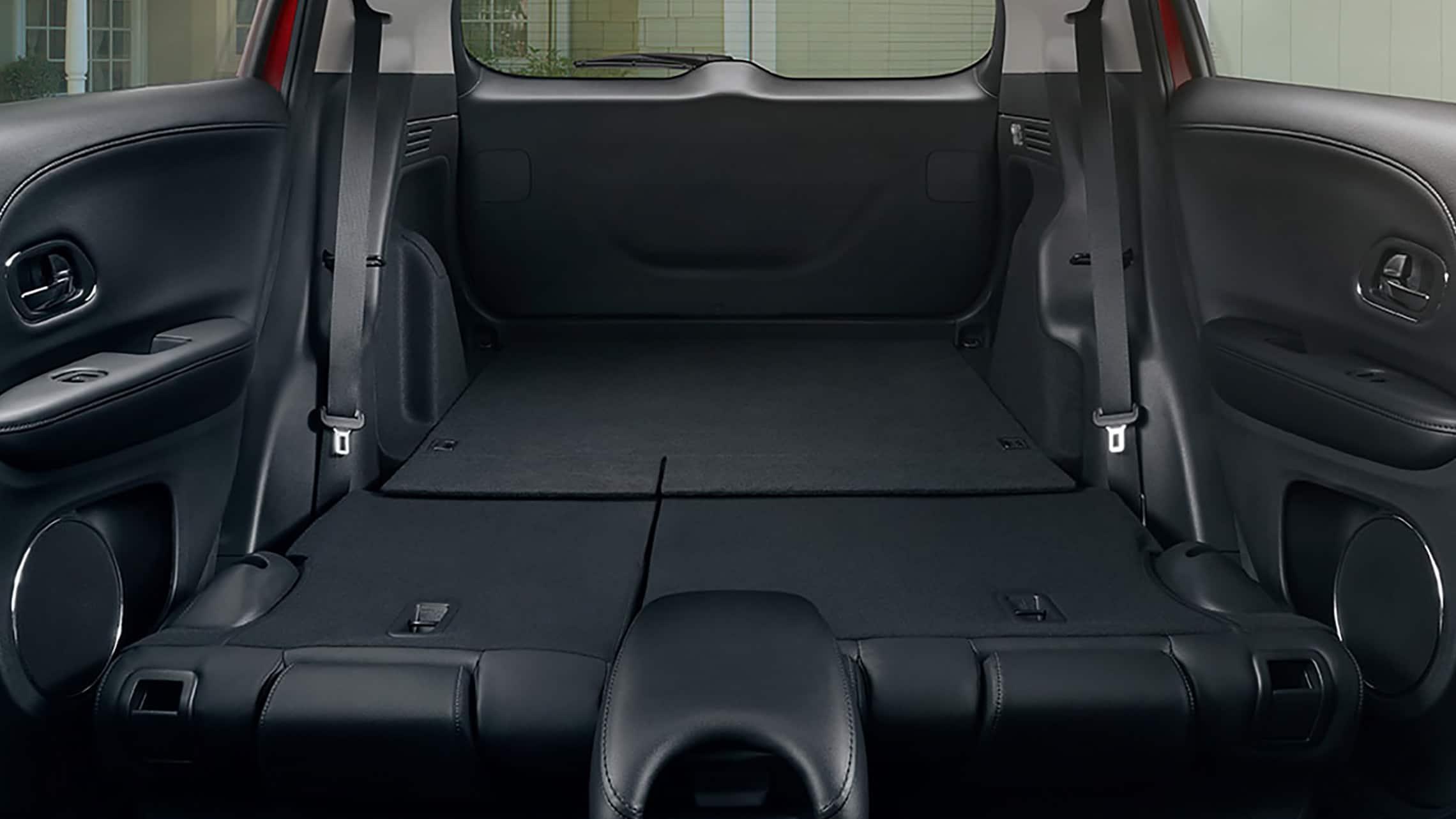Vista interior de la Honda HR-V Touring2020 con Black Leather y todos los asientos traseros abatidos.