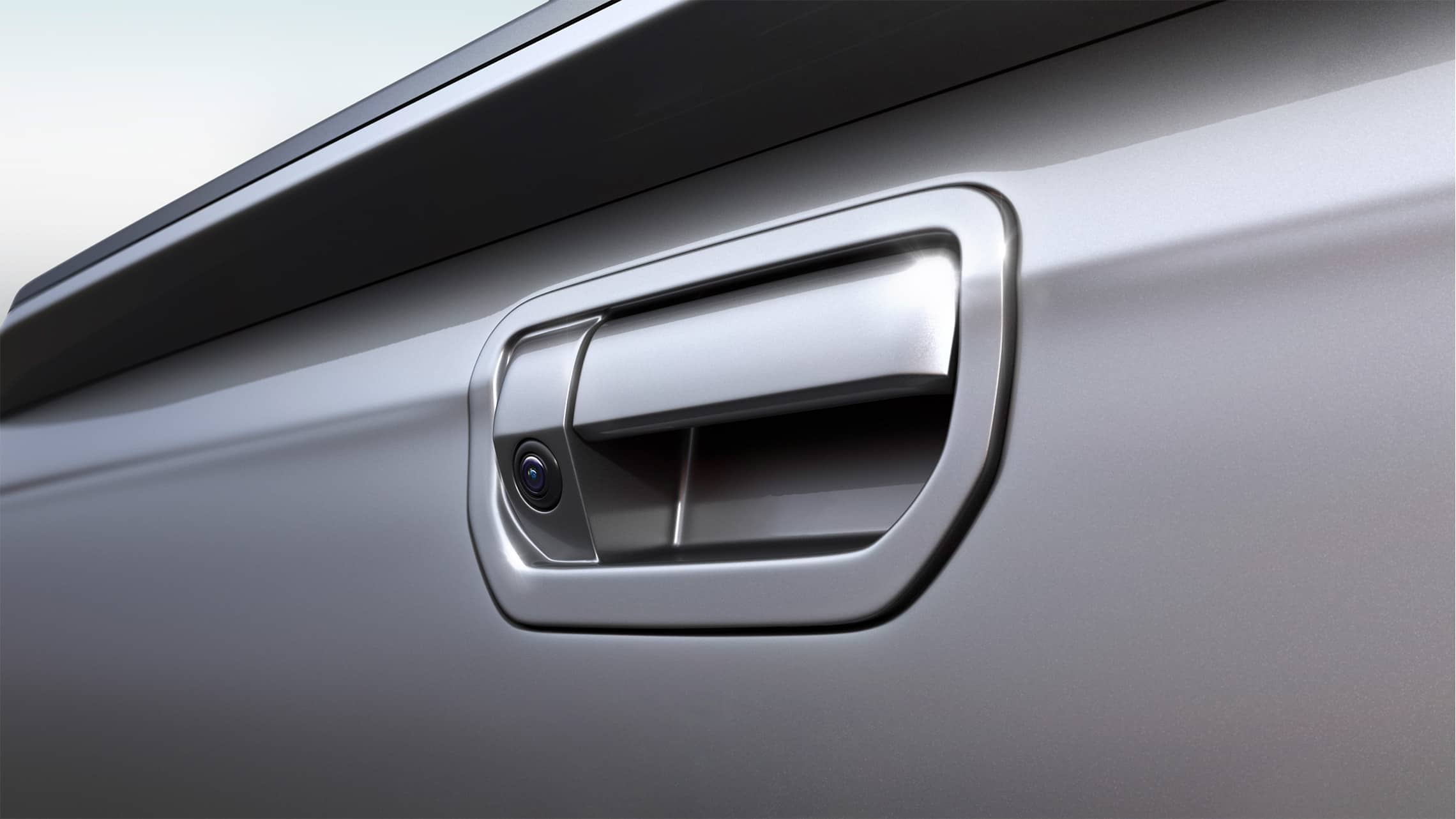 Detalle de la cámara de reversa multiángulo en la manija de la puerta trasera de la Honda Ridgeline2020 en Lunar Silver Metallic.
