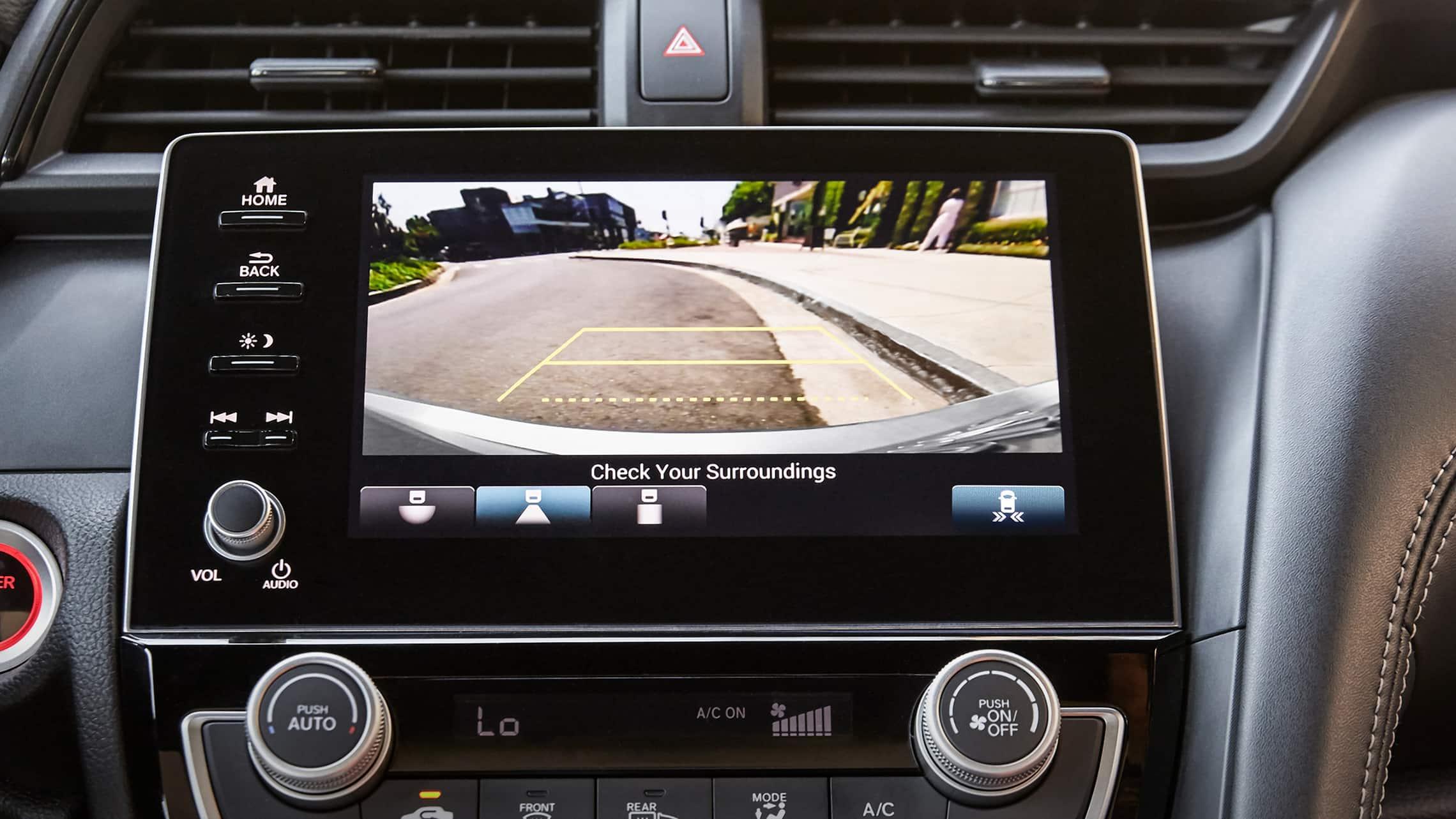 Detalle de la cámara de reversa multiángulo en el Honda Insight EX2021.