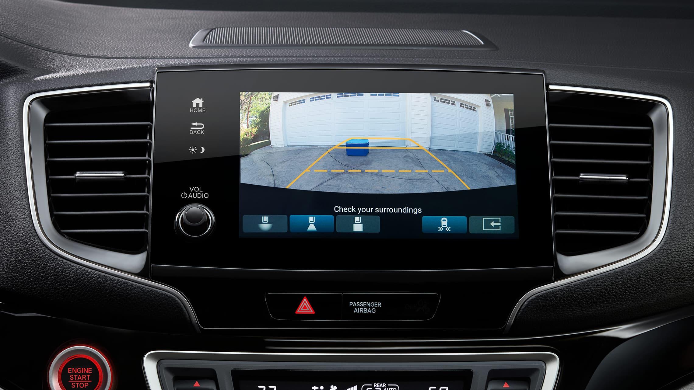 Vista interior de la cabina de la pantalla central con cámara de reversa multiángulo en la Honda Pilot2021.